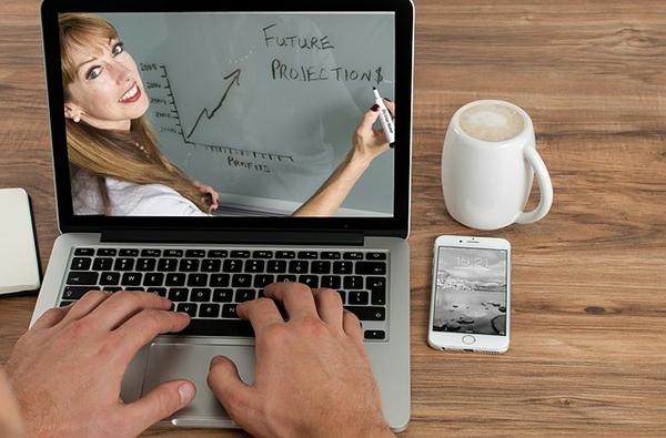 Fotografie rukou na klávesnici počítače