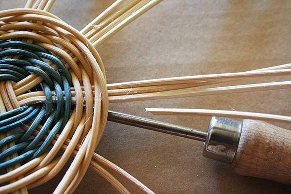 Fotografie jak uplést z peditu košík na houby