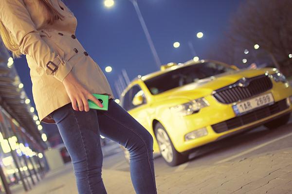 Fotografie taxi a pani s mobilem