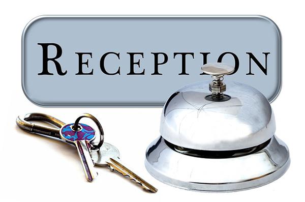 Fotografie nápisu reception a klíčů a zvonku
