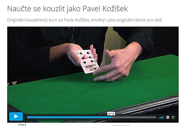 Fotografie rukou a kouzelnických karet