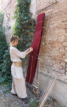 Fotografie Krosienkování - pletení repliky renesančního pásu