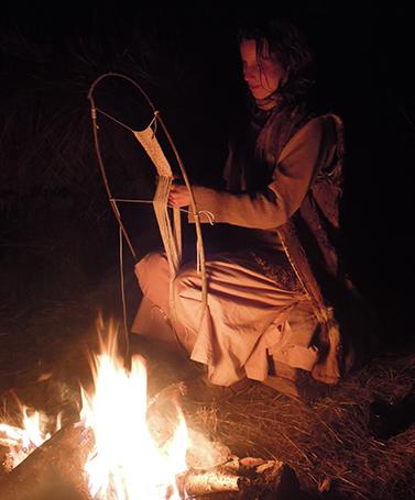 Fotografie krosienkování - pletení u ohně