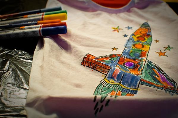 Fotografie namalované rakety na tričku