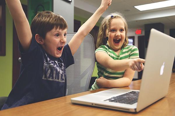 Fotografie dětí u počítače