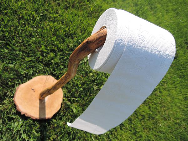 Fotografie:stojan na toaletní papír ze dřeva