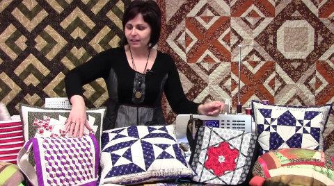 Lektorka patchworku Radka Sedláčková ukazuje polštáře šité různými patchwork technikami