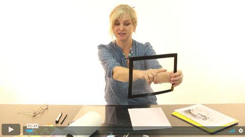 lektorka ve video online kurzu kreslení pravou mozkovou hemisférou ukazuje, jak si vyrobit mřížku na zachycení perspektivy