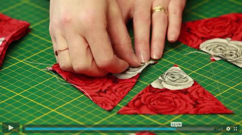 lektorka patchworku přitláčí prsty látku v online video návodu na patchwork technika kaleidoskop