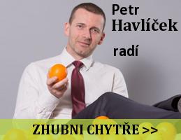Petr Havlíček drží pomeranč a radí jak zhubnout chytře