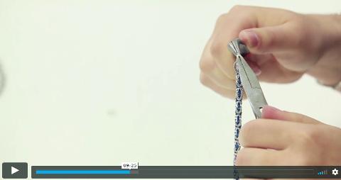 lektorka na videu tvoří pomocí kleští nárek technikou chainmaille (kroužkování)