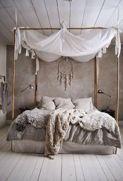 hnědý lapač snů visí nad velkou postelí