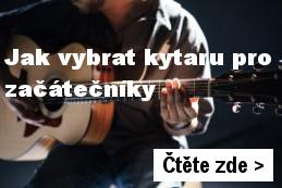 kytarista začátečník drží kytaru - úvodní fotka k článku Jak vybrat kytaru pro začátečníky