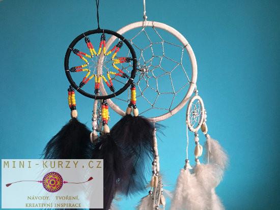 černý a bílý indiánský lapač snů - každá barva má jiný význam