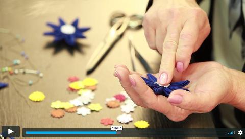 lektorka v online video kurzu tvoří látkové květiny kanzashi