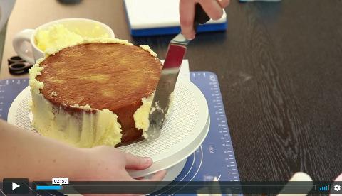 Lektorka ve videu zdarma ukazuje, jak potáhnout dort krémem a následně marcipánem