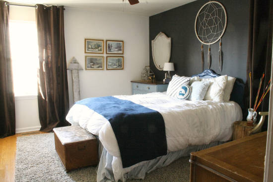 Lapač snů s velkým průměrem kruhu umístěný nad postelí s bílým povlečením