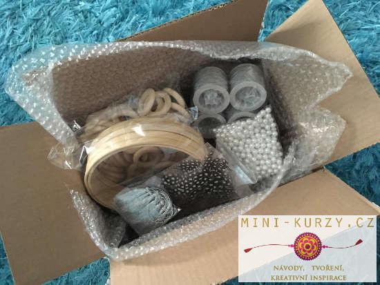 kruhy, korálky, pera a další potřeby pro výrobu lapače snů - vše v krabici