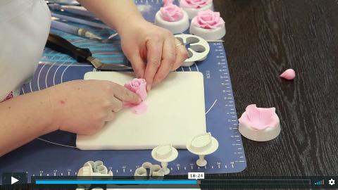 lektorka online video kurzu zdobení dortů tvaruje růžičku z marcipánu