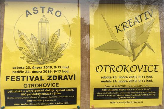 žluté pozvánky na tvořivý festival Kreativ Otrokovice visí na nástěnce