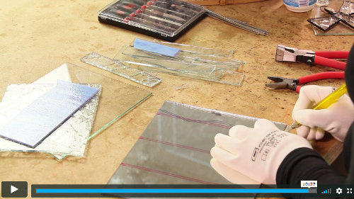 lektorka na videu řeže zrcadlo - vitráže technikou tiffany