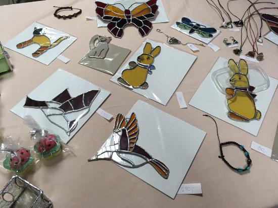 výrobky technikou Tiffany vitráže leží vystavené na stole
