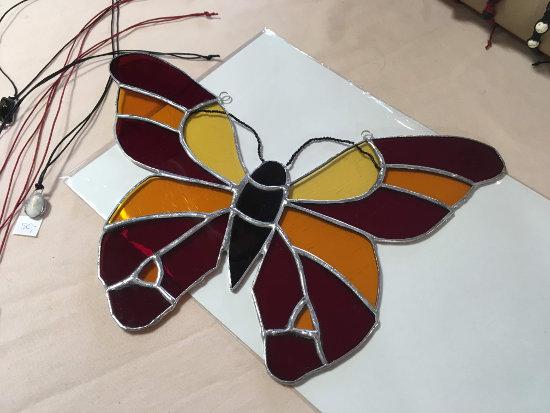 motýl vytvořený technikou Tiffany vitráže - autor Dominika Lochmanová