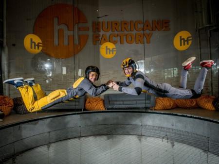 dvě osoby létají ve větrném tunelu (Hurricane Factory) v Praze