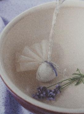 látkový balíček plný levandule přelitý vřící vodou - domácí bylinné koupele