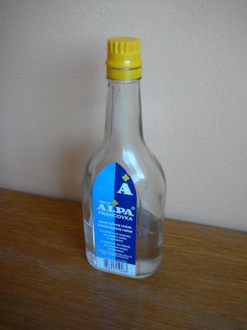 skleněná lahvička alpy francovky stojí na stole - bude použita na výrobu kaštanové tinktury