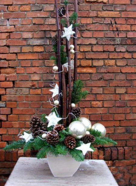 bílý truhlík vánočně vyzdobený větvičkami, šiškami, bílými baňkami a hvězdičkami