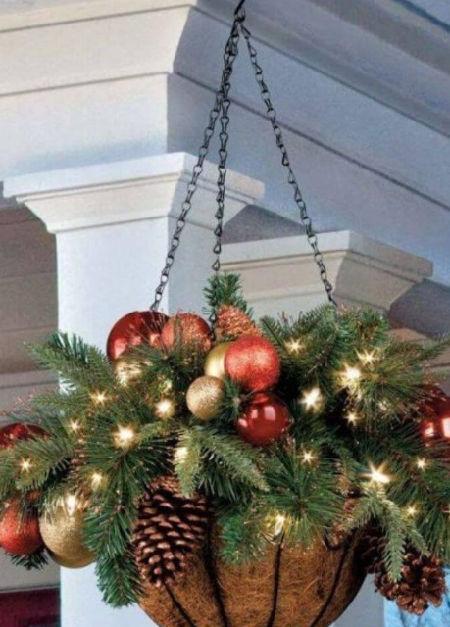 přírodní vánoční závěsný truhlík plný šišek a baněk