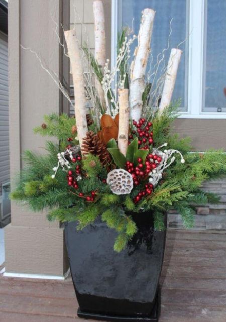 černý truhlík vyzdobený na Vánoce - zapichané břízové větvičky
