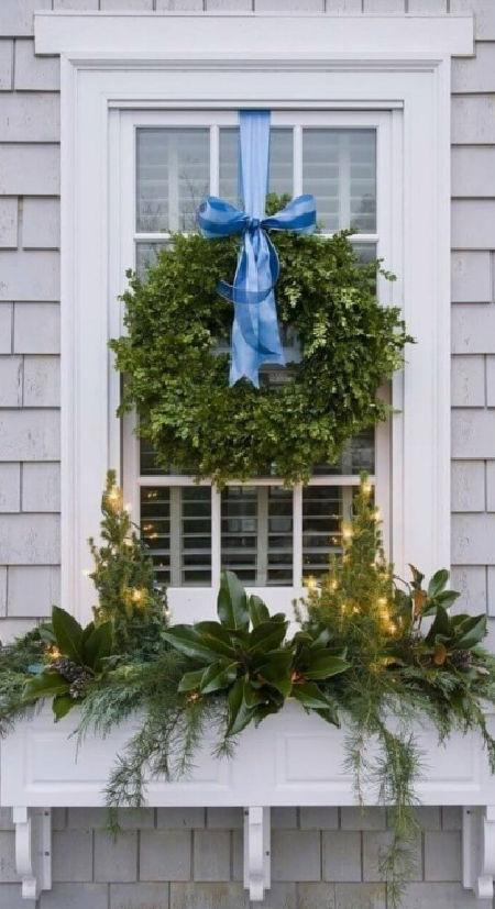 Inspirace na vánoční výzdobu truhlíků na oknech