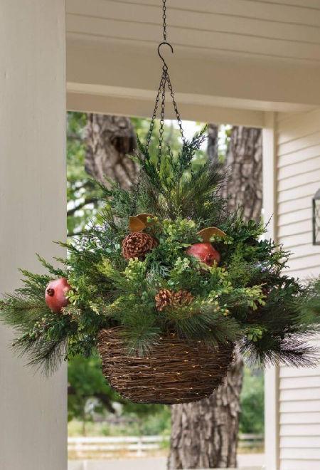 závěsný proutěný truhlík vyzdobený na Vánoce