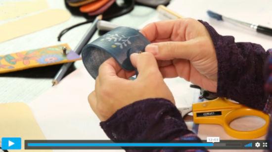 lektorka kurzu šití ukazuje homemade ušití kožený náramek