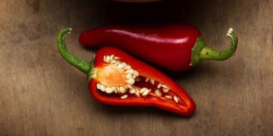rozkrojená červená chlli paprička - zbývá ji usušit a namlít