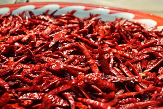 plná mísa červených plodů sušených chilli papriček