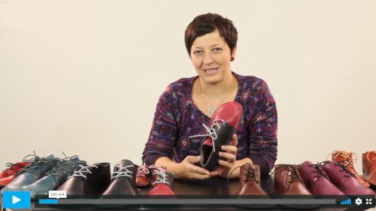lektorka online video kurzu šití z kůže ukazuje ušité kožené boty