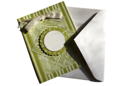 zelené papírové narozeninové přání vlastní výroby leží na bílé obálce