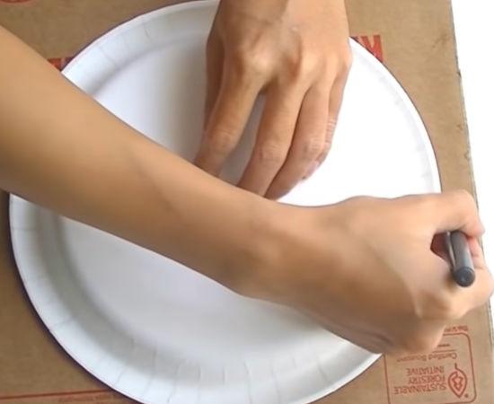 tvořílek obkresluje fixou obvod papírového talíře - další kreativní krok
