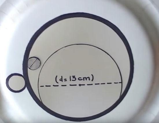 vyříznutý otvor v papírovém talířku - bude sloužit jako ciferník papírových hodin