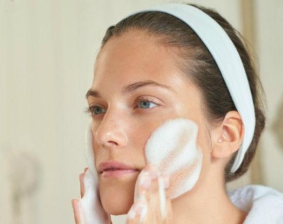 žena si na pleť natírá domácí pleťovou masku z bílků
