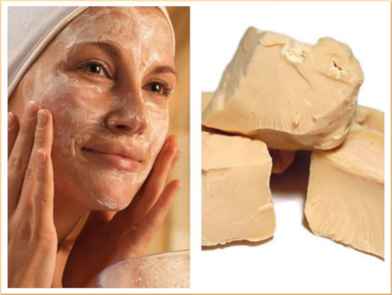 žena si na obličej natírá domácí drožďovou (kvasnicovou) pleťovou masku pro vyživenou a zářivou pleť