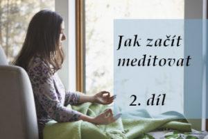 žena sedí a medituje - úvodní obrázek článku o začátcích meditování