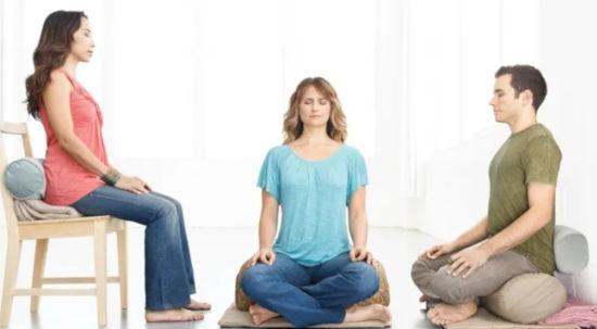 3 lidi každý jinak sedí při meditaci