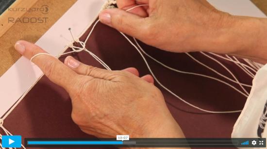 Iva Prošková ve videu zdarma názorně pomocí rukou plete základní plochý uzel technikou drhání (macramé)