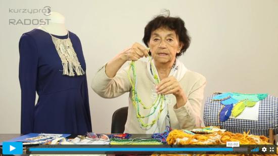 Na stole leží spousta DIY výrobků technikou macramé (drhání) - fotka z online kurzu drhání