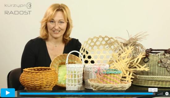 Paní Hátleová sedí za stolem, kde jsou poleženy výrobky z pedigu - obrázek z online kurzu pletení z pedigu