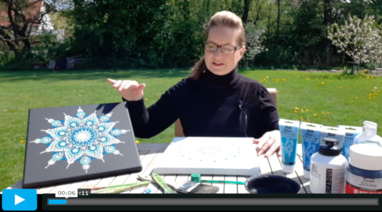 Lektorka v online video kurzu tečkovaných mandal ukazuje vytvořené tečkované mandaly